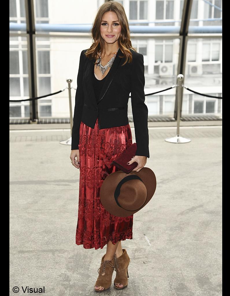 90f2b2677bf Avec une jupe en velours rouge sombre et une capeline - Olivia Palermo