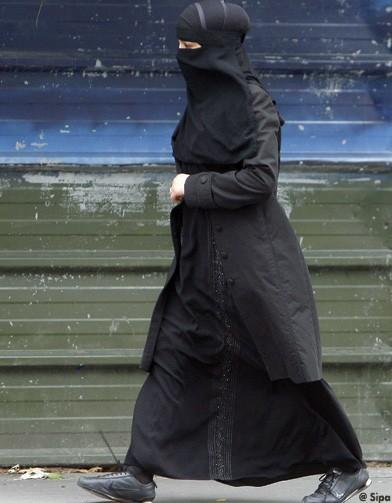 http://www.elle.fr/var/plain_site/storage/images/societe/l-actu-en-images/burqa-hijab-tchador-les-differents-types-de-voile/le-niqab/12169574-1-fre-FR/le_niqab_reference.jpg