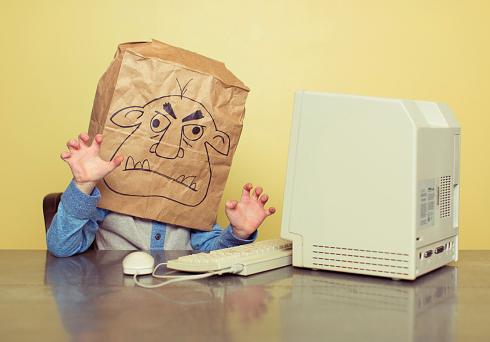 Harcèlement en ligne : faut-il répondre aux trolls ? - Elle