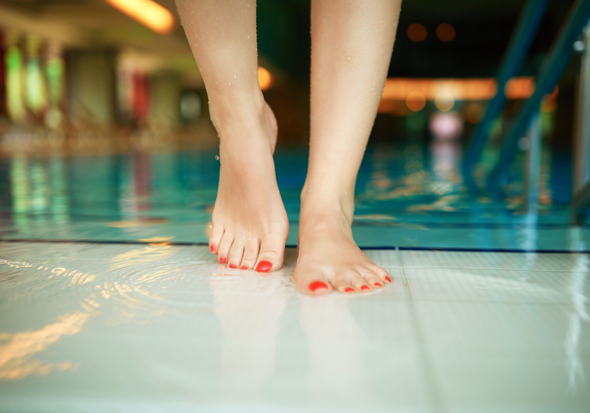 Jugée trop sexy, une jeune femme contrainte de couvrir son maillot de bain - Elle