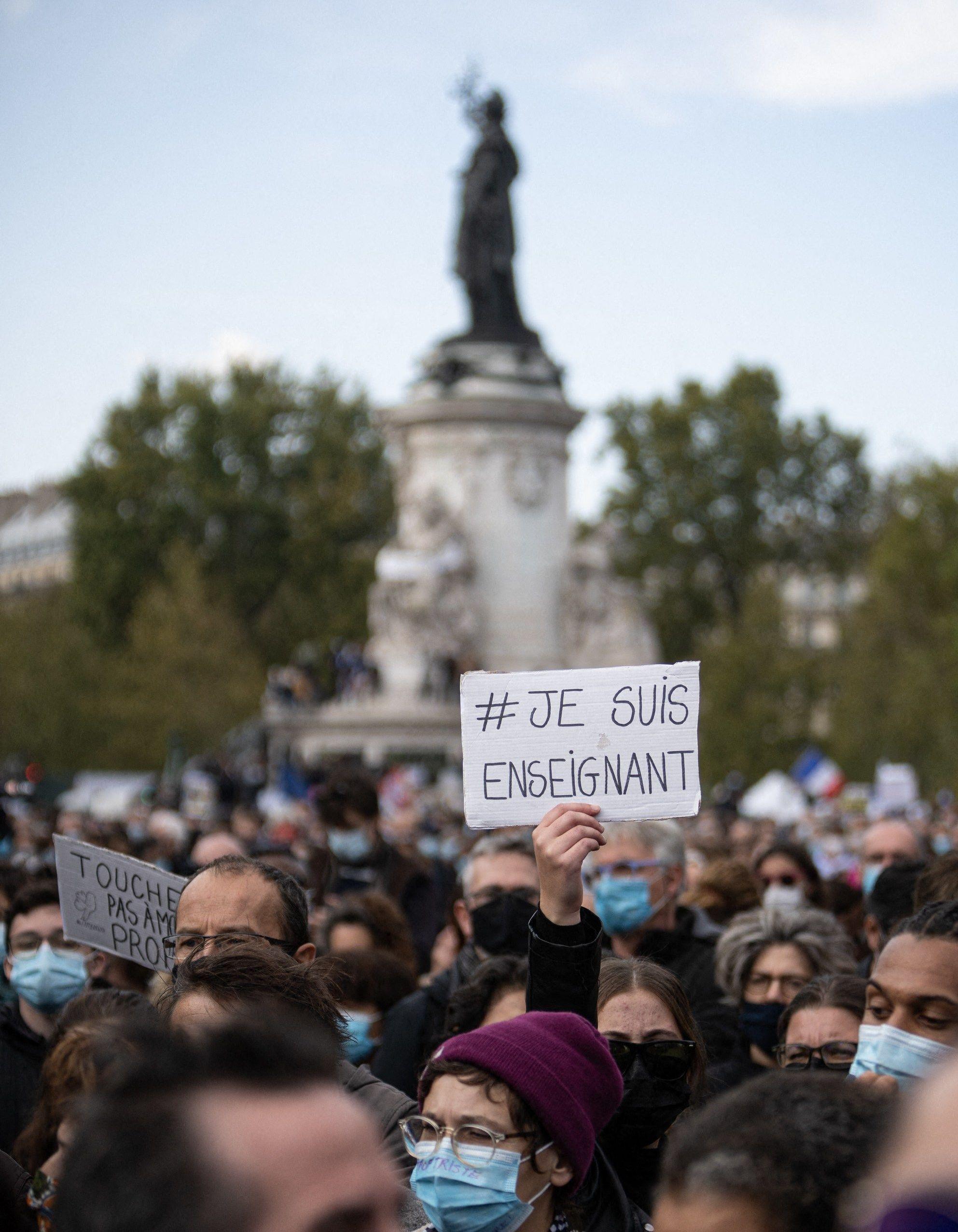 Sur les marches du Palais Bourbon, les députés rendent ...  |Samuel Paty